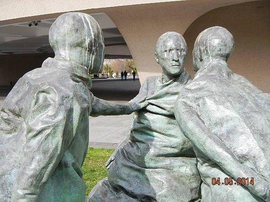 Hirshhorn Museum and Sculpture Garden : Last Conversation Piece 2