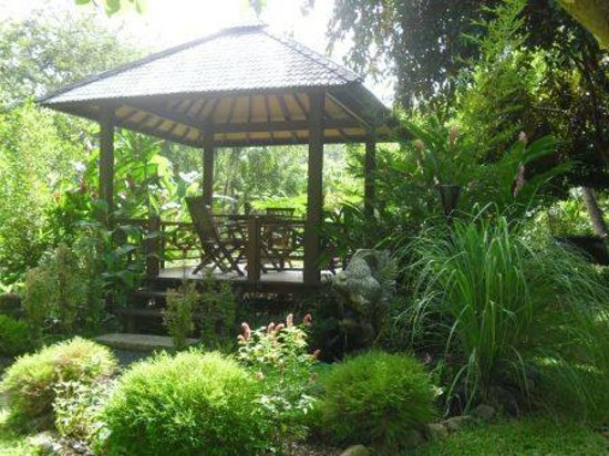 The Hidden Spirit Cafe & Grill: Tables in the gardens