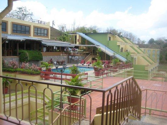 Cara Suites : Poolside