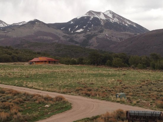 Morris' Last Resort: Morning view of nearby cabin with LaSal Mountains