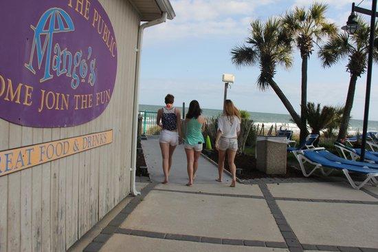 Sand Dunes Resort & Spa: heading to the beach