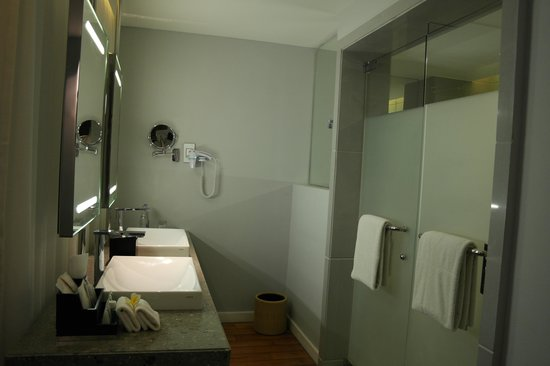 The Kuta Beach Heritage Hotel Bali - Managed by Accor: shower and toilet