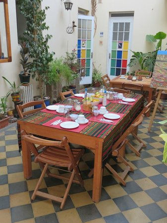 Hostal Rio Amazonas: Patio area with table set for breakfast