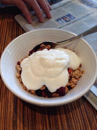 Lamont's Margaret River: Homemade granola with yoghurt
