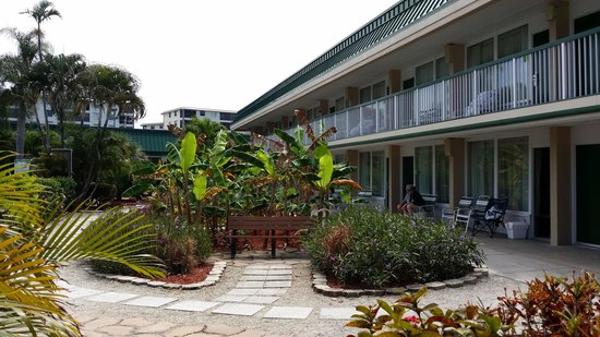 Wyndham Garden Fort Myers Beach: Clean grounds in the rear courtyard