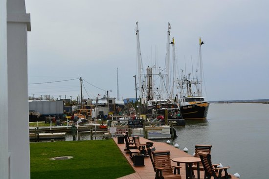 Hampton Inn and Suites Chincoteague-Waterfront: outside hotel on water