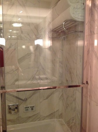 The Peninsula Beijing : The bathroom that floods