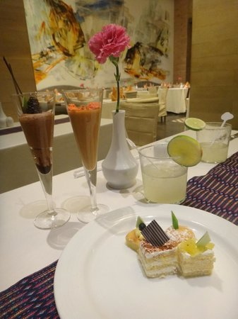 Secrets The Vine Cancún: Delicious desserts at the buffet