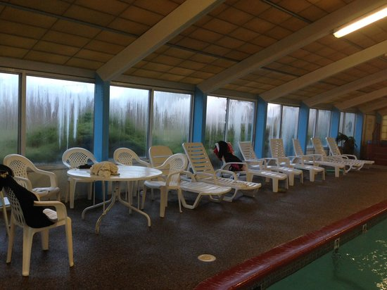 Tidewater Inn : Lounge Chairs by Pool