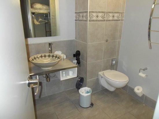 Jet Park Hotel & Conference Centre : Nice, modern bathroom!