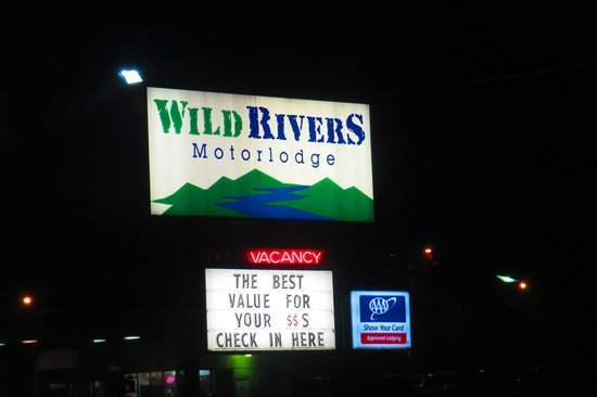 Wild Rivers Motor Lodge: Welcome Sign after a Long Day