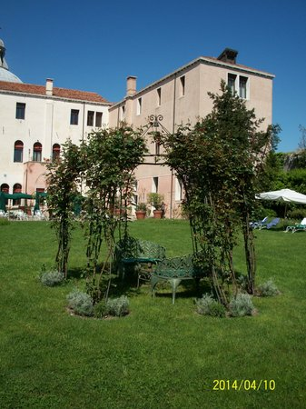 Palladio Hotel & Spa: Sitting in the shade of roses