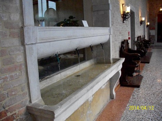 Palladio Hotel & Spa: Fountain inside the hotel near dining room
