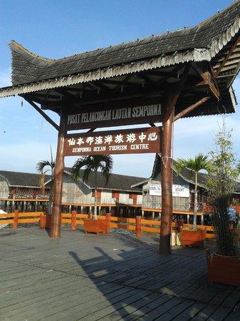 Dragon Inn Resort: huge sign