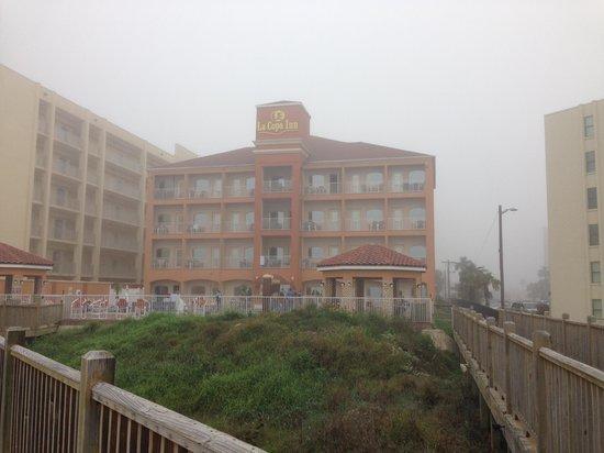 La Copa Inn Beach Hotel: Back of hotel from beach walk