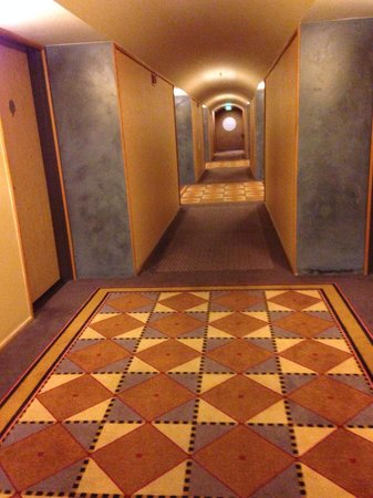 Fountaingrove Inn: The beautiful hallway leading to my room