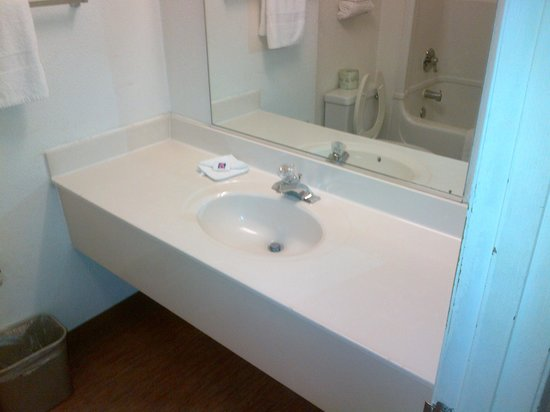 Motel 6 Waco South: Bathroom