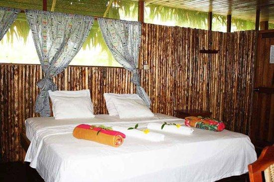 Amazon Camp Lodge: Decoración de una cama marimonial