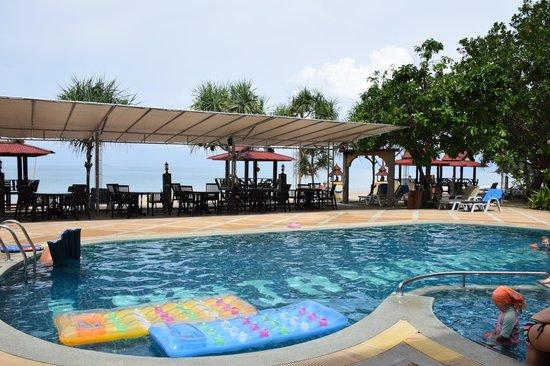 Lanta Sea House Resort: Lanta Sea House pool to dining to beach. Bliss!