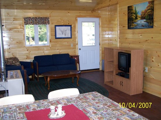 Pine Grove Lodge and Cabins: Living area of guest house