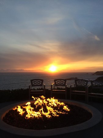 Timber Cove Resort: Sunset by the fire pit