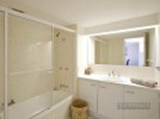 Sundancer Holiday Apartments: Standard non-renovated bathroom Apt s4, 5, 6 and 7