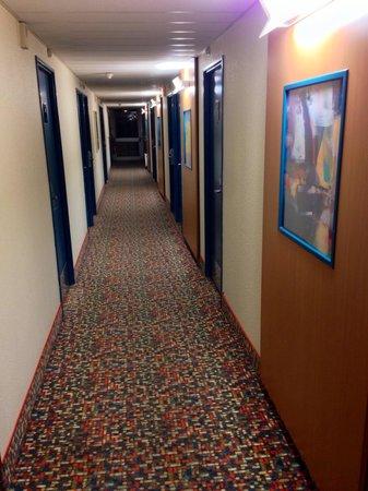HOTEL IBIS STYLES ORLEANS : Une moquette très colorée dans les couloirs de l'hôtel !