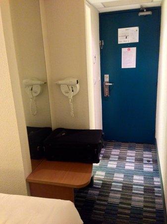 HOTEL IBIS STYLES ORLEANS : Le sèche-cheveux n'est pas dans la salle de bains mais dans le couloir : pas pratique !