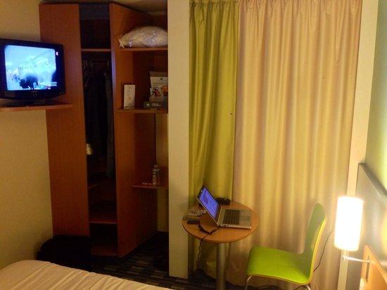 HOTEL IBIS STYLES ORLEANS : Ecran LCD TV de bonne taille mais bureau dans penderie sans éclairage et microscopique !