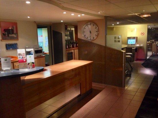 HOTEL IBIS STYLES ORLEANS : Hall d'accueil et salle de petit déjeuner : personne avant 6 heures !