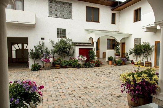Weingut Franz Schindler: Courtyard