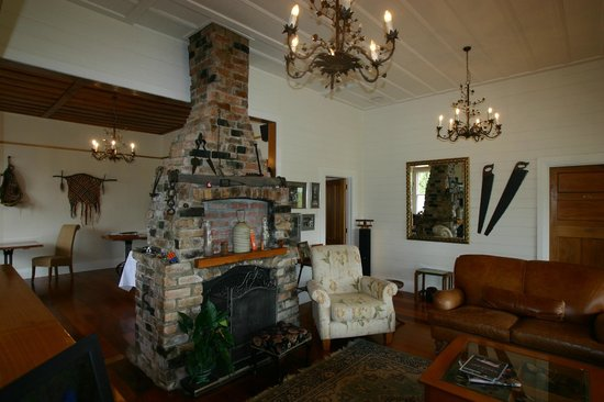 Waipoua Lodge: The lounge/dining area