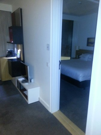 DoubleTree by Hilton Hotel Amsterdam Centraal Station: Lounge into bedroom