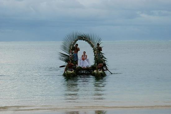 Sinalei Reef Resort & Spa: My Canoe delivery to my wedding ceremony