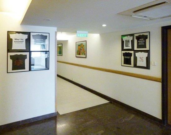 Lemon Tree Hotel, Chandigarh: quirky art on walls