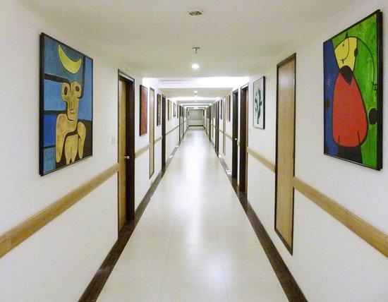Lemon Tree Hotel, Chandigarh: Corridors full of art
