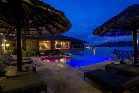 Colibri Guesthouse: Colibri Restaurant & Swimming Pool