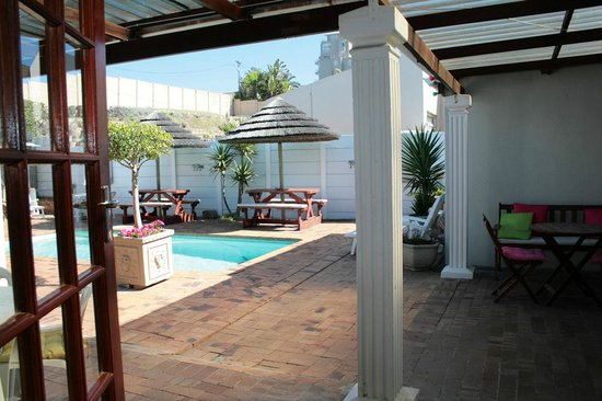 Dolphin Inn Guesthouse-Blouberg: The family unit looks out onto the enclosed courtyard