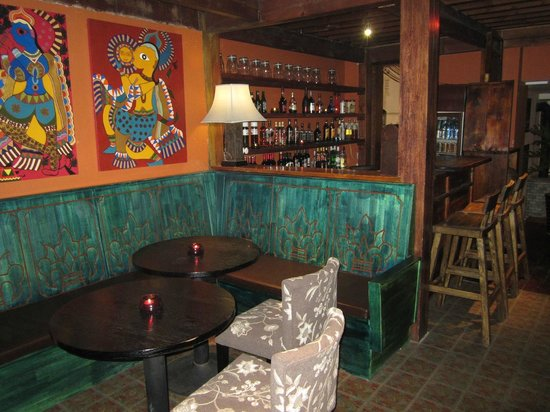 Red Wall Garden Hotel: view of little bar/common area next to dining room