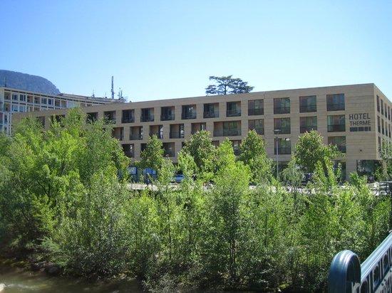 Hotel Therme Meran: l'hotel visto dalla passeggiata lungo il Passirio
