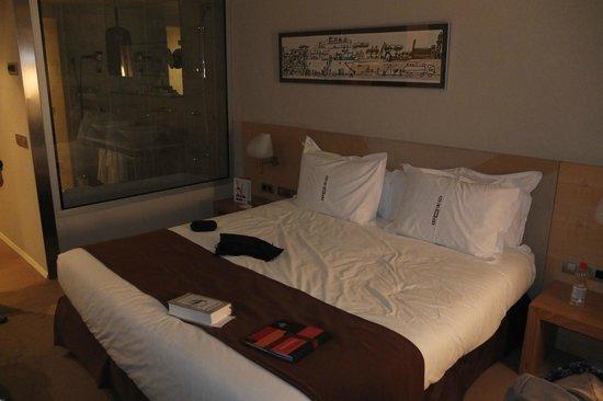Gran Hotel Domine Bilbao : Dunkles Zimmer zur Rückseite