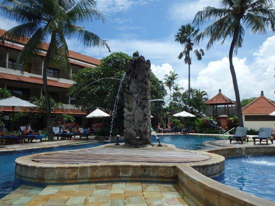 Bali Rani Hotel: Pool area