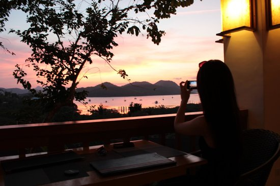 Asia Grand View Hotel: Sunset drinks at the bar