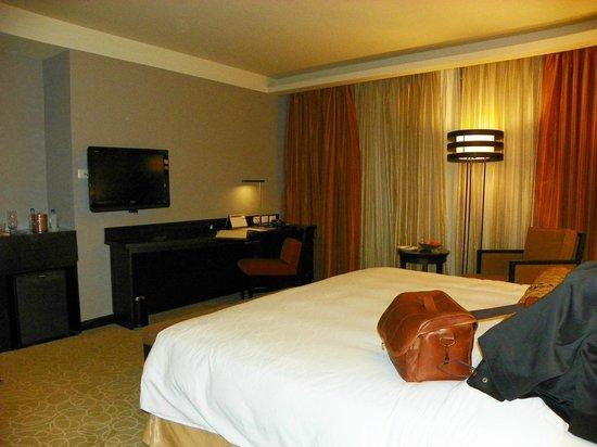 The Bellevue Manila: Very clean bedroom
