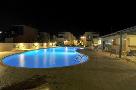 Lissos Apartments : Night photos