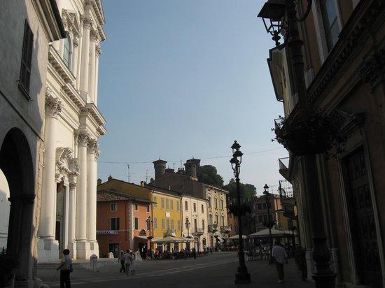 Garda Hotel: Il paese di Montichiari 'merita una visita' e'delizioso