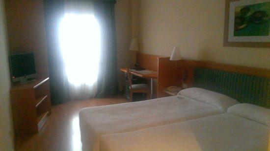 NH Pozuelo Ciudad de la Imagen: La habitación no es muy grande