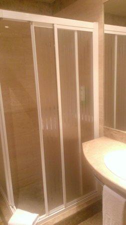 NH Pozuelo Ciudad de la Imagen: La mampara en la ducha es MEJORABLE