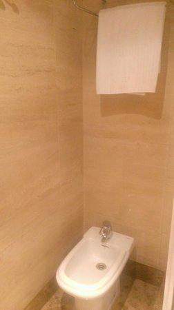 NH Pozuelo Ciudad de la Imagen: El baño un poco pequeño