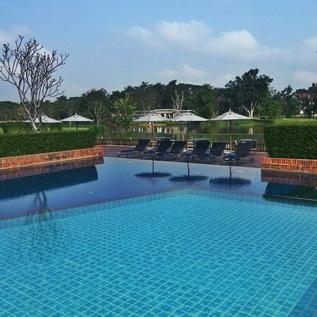 Le Meridien Chiang Rai Resort : Magnificent infinity pool that overlooks the river
